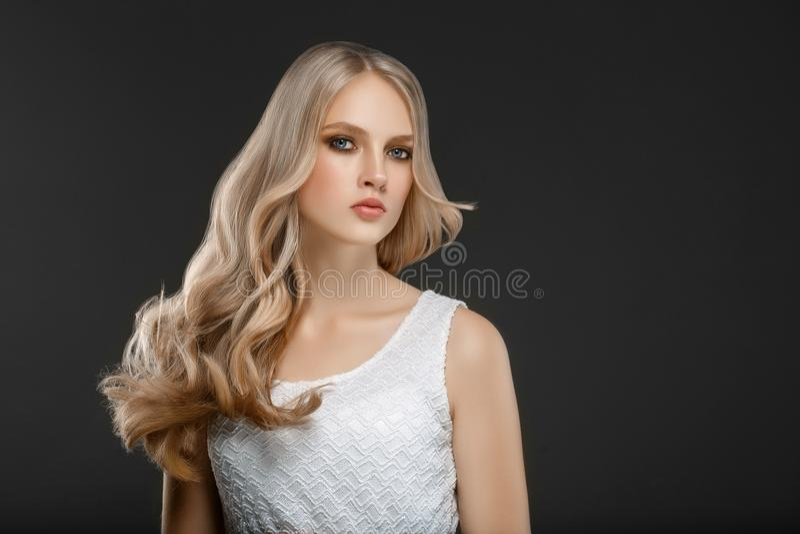 惊人的妇女画象 波浪长期美丽的女孩的头发 Blon 库存图片