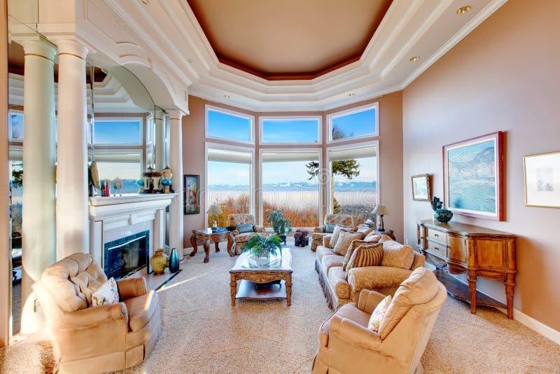 惊人的富有的内部有在山的惊人的窗口视图 免版税库存照片