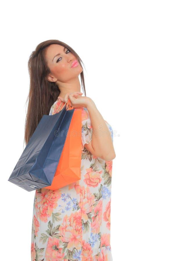 惊人的少妇运载的购物袋画象  免版税库存图片