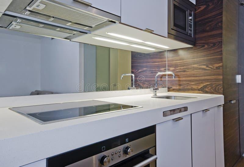 惊人的平面的厨房工作室 免版税库存照片