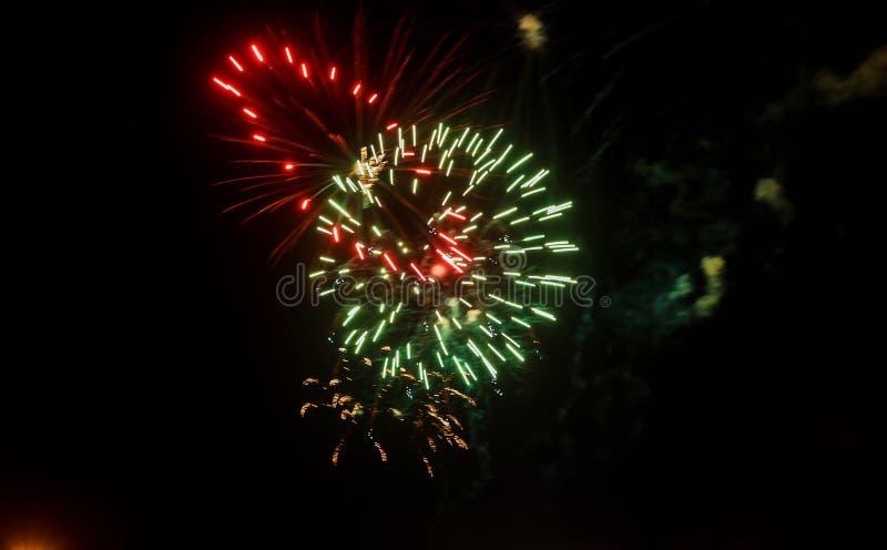 惊人的庆祝多彩多姿的闪耀的烟花 第4 7月美丽的烟花 免版税图库摄影