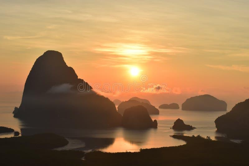 惊人的旅行和五颜六色的观点在日出前在Samed Nang Chee,未看见在Phang Nga,泰国 免版税库存照片