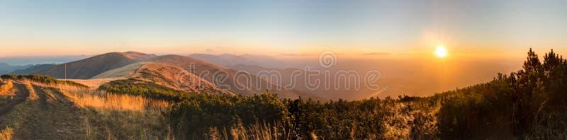 惊人的日出全景在山土坎的 图库摄影