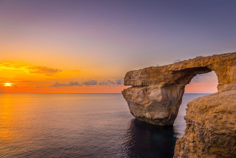 惊人的日落全景在海的在使用当墙纸或自然背景,戈佐岛,马耳他的天蓝色的窗口附近 免版税库存照片