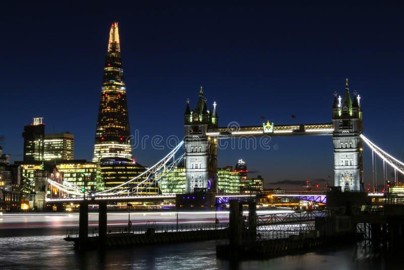 惊人的日落在反对塔桥梁和碎片的背景的伦敦 库存照片