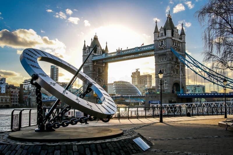 惊人的日落在反对塔桥梁和碎片的背景的伦敦 免版税库存照片