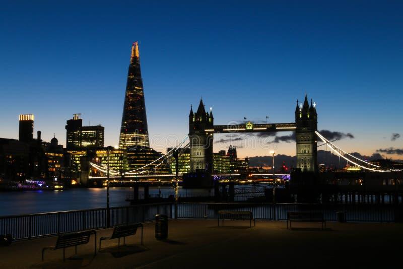 惊人的日落在反对塔桥梁和碎片的背景的伦敦 免版税库存图片