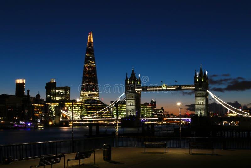 惊人的日落在反对塔桥梁和碎片的背景的伦敦 图库摄影