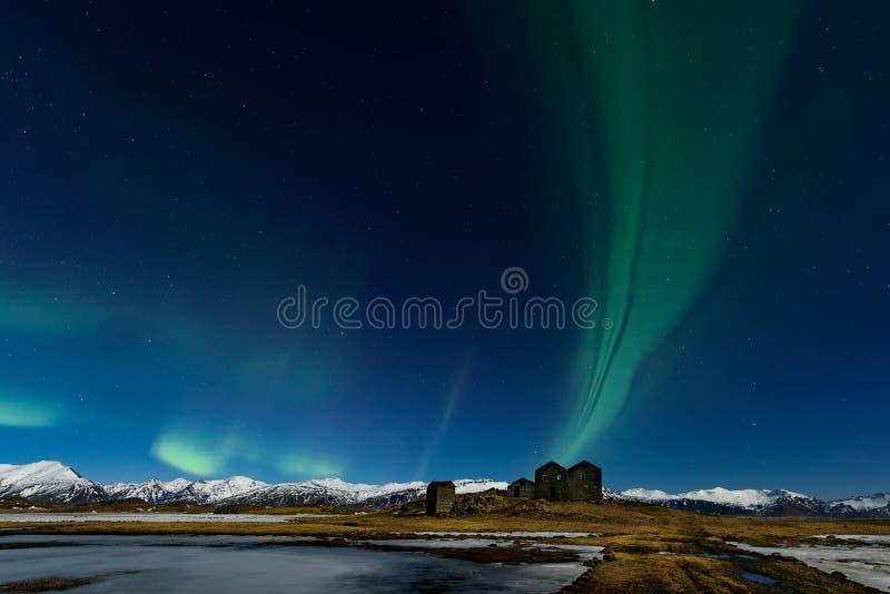 惊人的极光Borealis 在山的北极光在冰岛 免版税库存图片