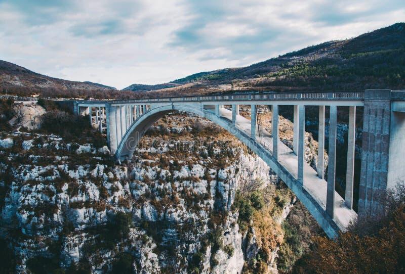 惊人的桥梁de Chauliere在Gorges du维登,法国 免版税图库摄影