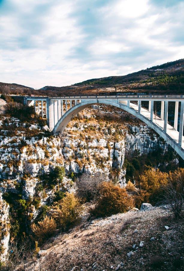 惊人的桥梁de Chauliere在Gorges du维登,法国 免版税库存照片