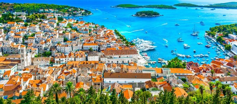 惊人的沿海城市赫瓦尔岛,亚得里亚海的海岸全景  免版税图库摄影