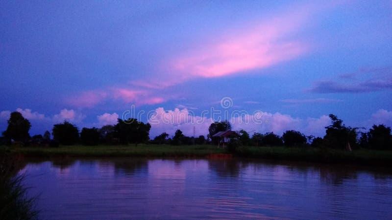 惊人的泰国村庄日落 免版税图库摄影