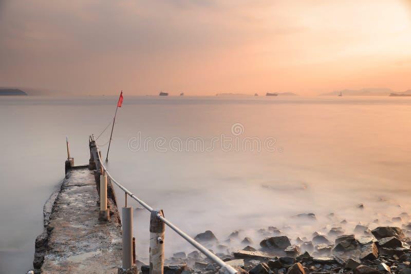惊人的海日落 在含沙海湾 免版税库存图片