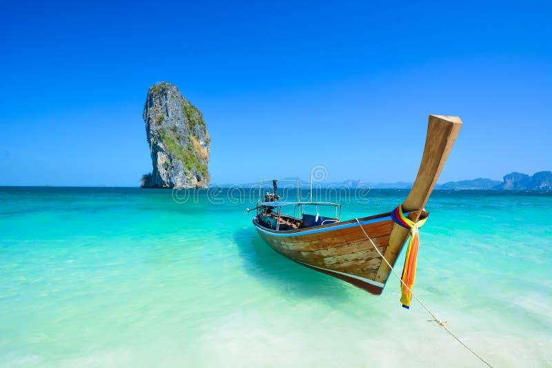 惊人的海滩风景在泰国. 峭壁, 原始.