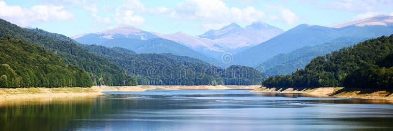 惊人的湖和山全景 图库摄影