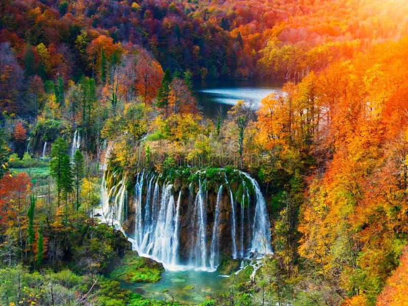 惊人的瀑布和秋天颜色在Plitvice湖 免版税库存图片