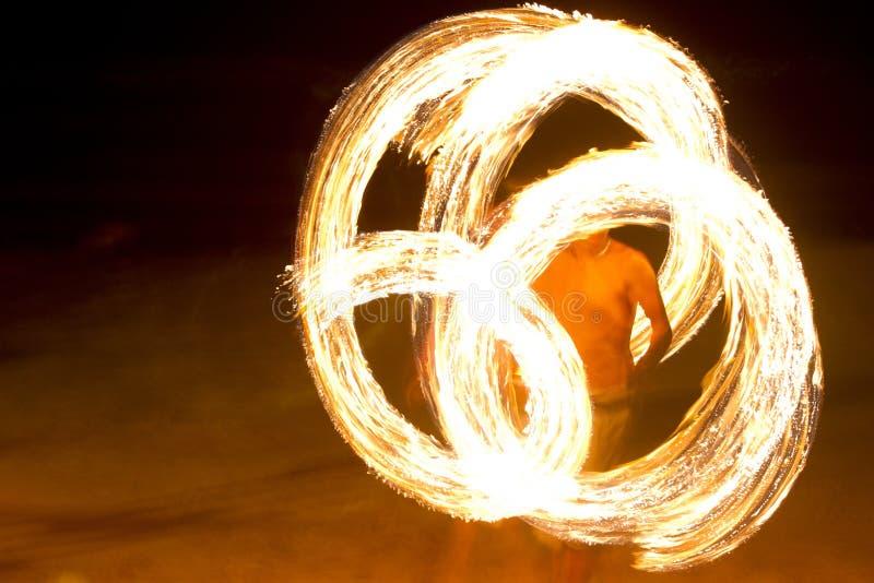 惊人的火表现在酸值陶海岛,泰国上的晚上 免版税库存照片