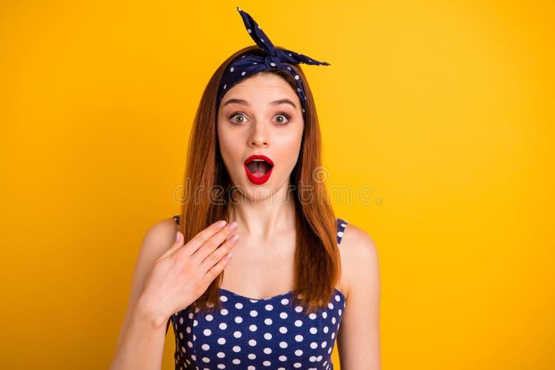 惊人的狡猾的夫人红色润发油开放嘴照片不相信幸福佩带偶然被加点的礼服头饰带隔绝了生动 免版税库存照片