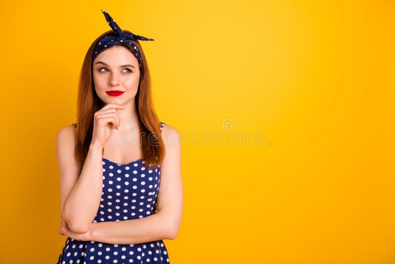 惊人的狡猾的夫人红色润发油手下巴照片考虑佩带偶然被加点的礼服头饰带被隔绝的生动的黄色 免版税库存图片