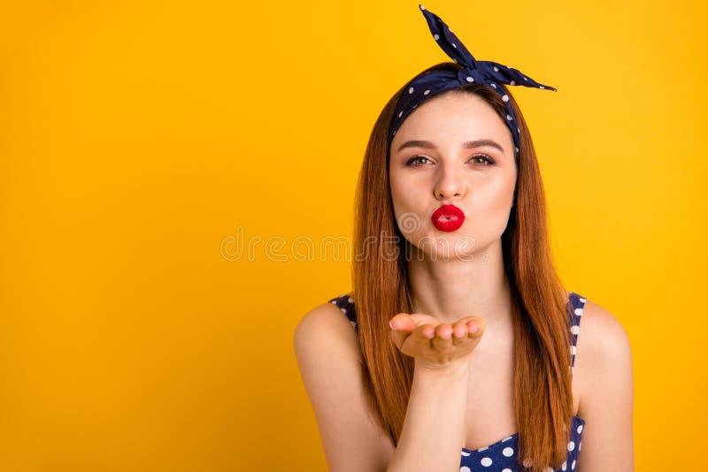 惊人的狡猾的夫人红色润发油照片送空气亲吻男朋友佩带偶然被加点的礼服头饰带被隔绝的生动的黄色 免版税库存图片