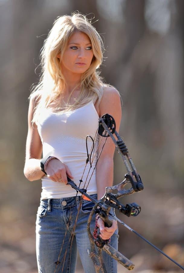 惊人的白肤金发的女性射手 免版税图库摄影