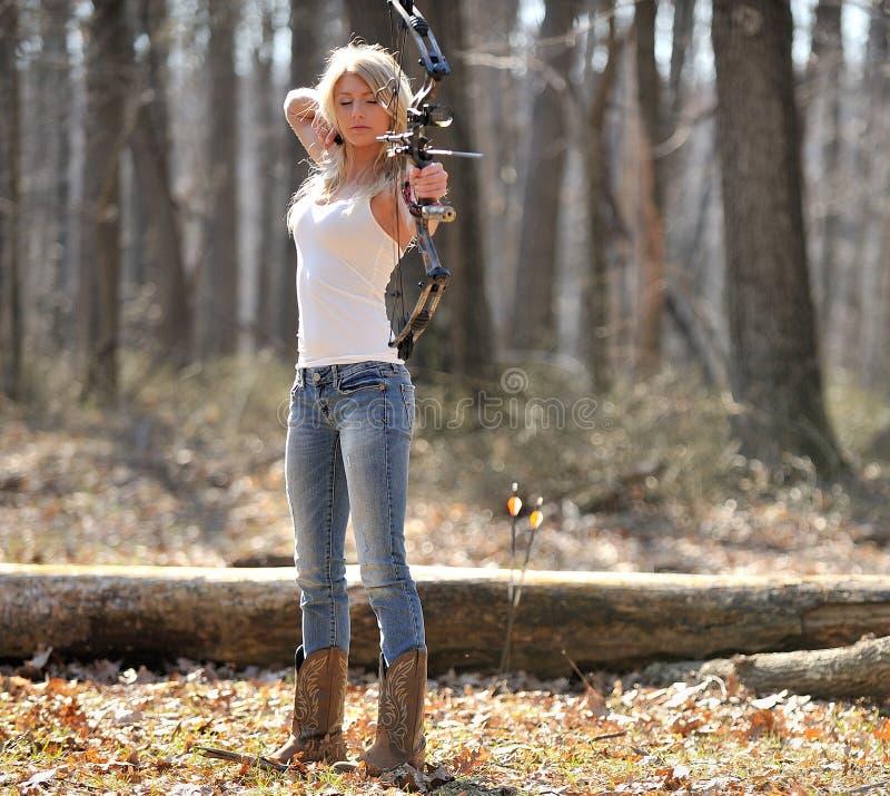 惊人的白肤金发的女性射手 免版税库存照片