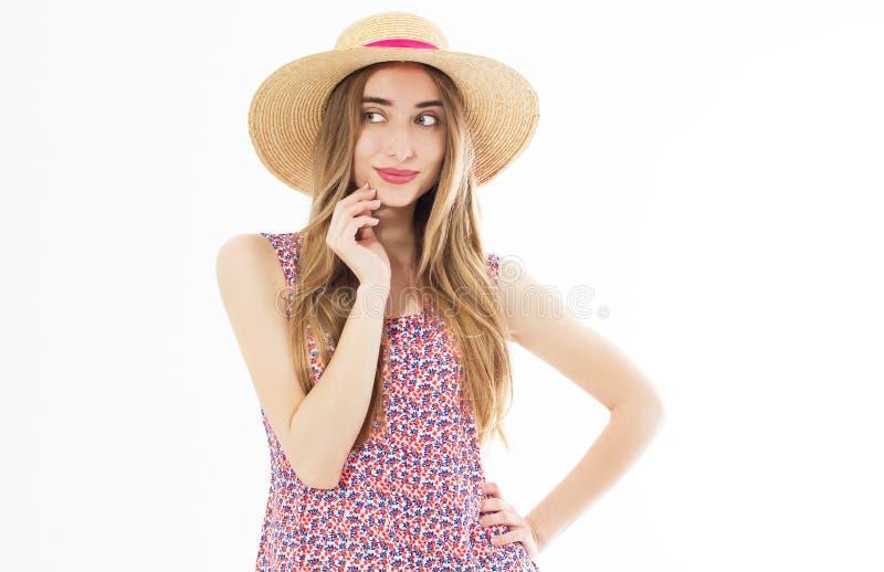 惊人的白肤金发的妇女特写镜头画象有挥动的头发的摆在逗人喜爱的微笑 草帽的可爱的年轻女人享受夏天的 免版税库存图片