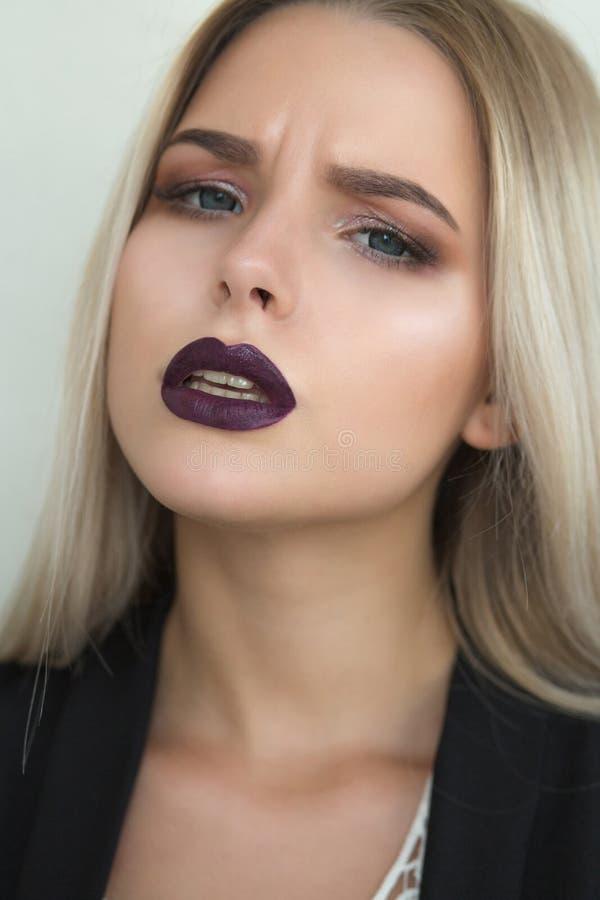 惊人的白肤金发的妇女特写镜头画象有紫色嘴唇和s的 免版税库存图片