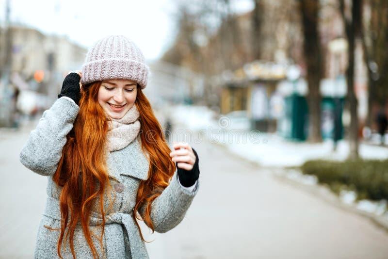 惊人的红头发人模型都市画象与长发佩带的 免版税库存照片