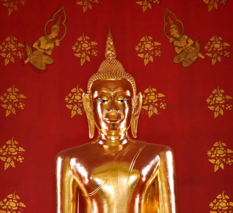 惊人的美丽的金黄菩萨在教会,泰国里 免版税库存图片