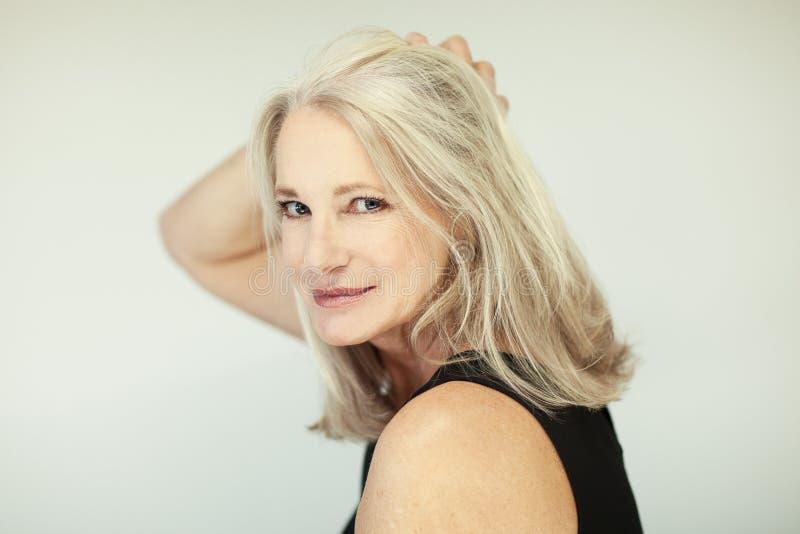 惊人的美好和自信最好变老了有灰色头发的妇女微笑入照相机的 库存照片