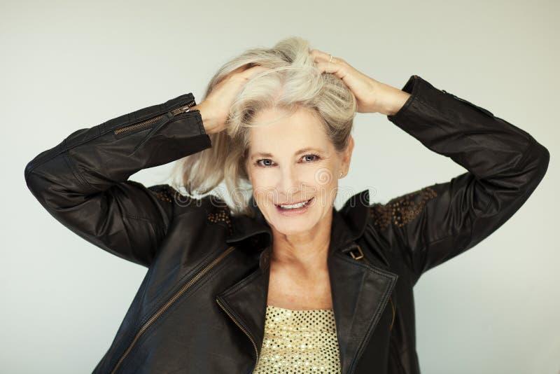 惊人的美好和自信最好变老了有灰色头发的妇女微笑入照相机的 库存图片