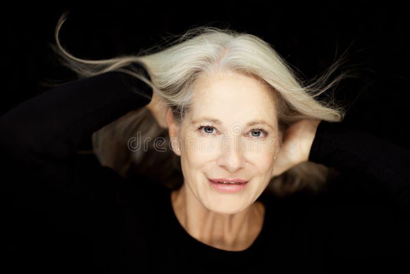 惊人的美好和自信最好变老了有灰色头发的妇女 图库摄影