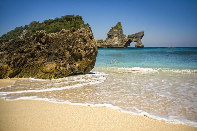 惊人的美好的热带海岛天堂风景从与岩石全景的海滩射击了在惊人的绿松石海水的 免版税图库摄影