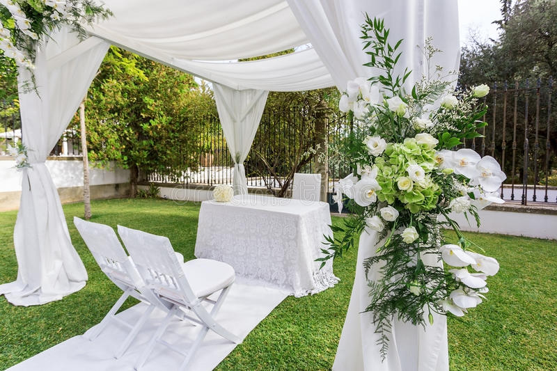 惊人的花和装饰花束的特写镜头婚礼 免版税库存照片