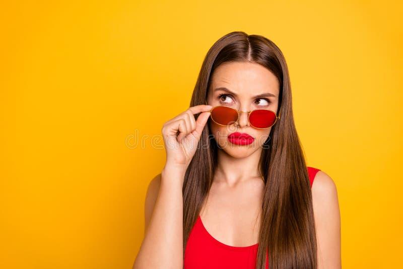 惊人的花姑娘接近的照片有疑义认为在肥满明亮的嘴唇佩带太阳specs红色的重要决定 库存照片