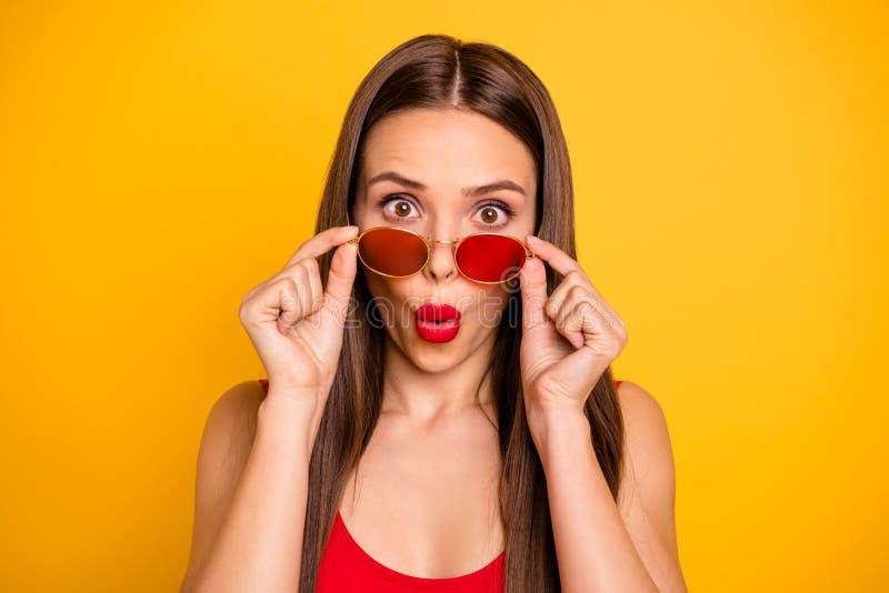惊人的花姑娘接近的照片没有冲击哦表示肥满明亮的嘴唇开放嘴穿戴太阳specs红色身体 库存照片