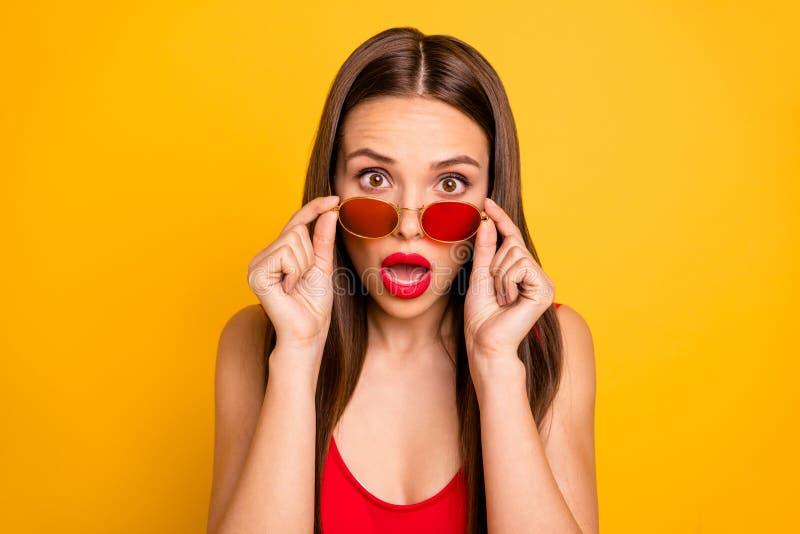 惊人的花姑娘接近的照片没有冲击哦表示肥满明亮的嘴唇开放嘴穿戴太阳specs红色身体 免版税库存照片