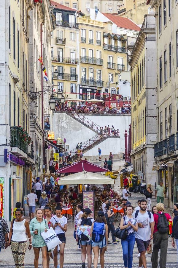 惊人的街道视图在里斯本历史的区-一个繁忙的地方 免版税图库摄影
