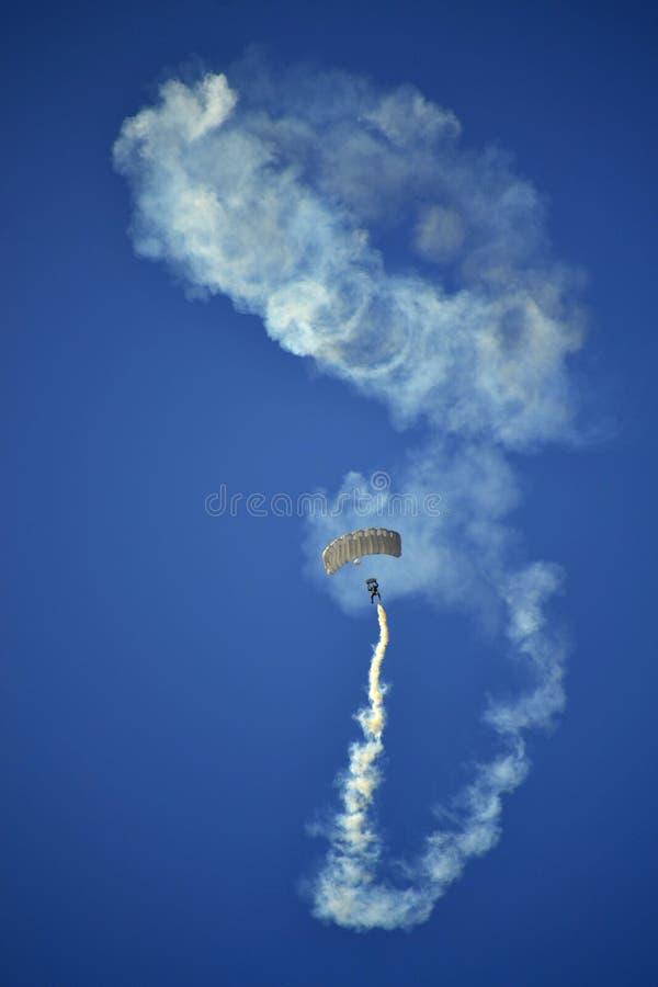 惊人的跳伞运动员airshow 免版税图库摄影