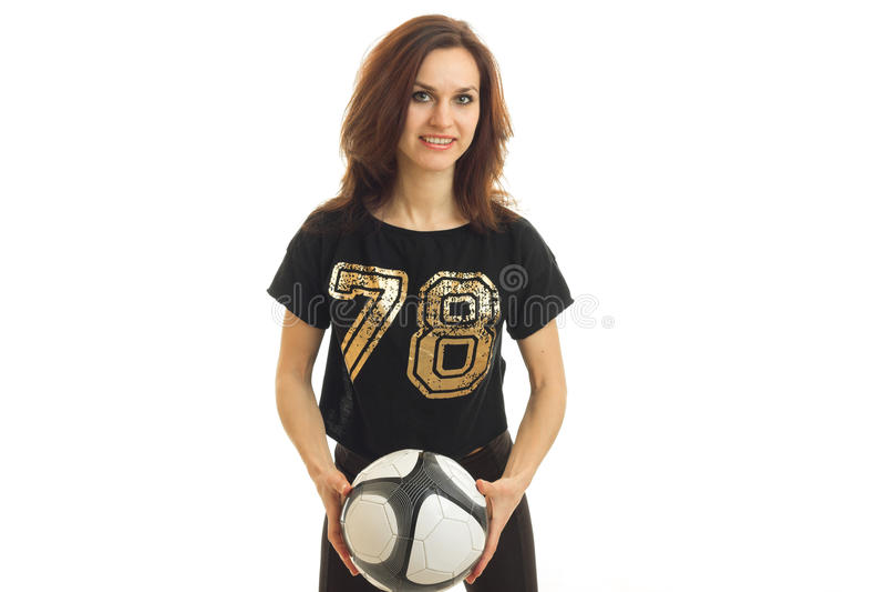 惊人的运动女孩拿着球并且调查照相机 图库摄影