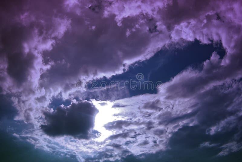 惊人的黑暗的紫色阴暗多云天空 美妙的视图 免版税库存图片