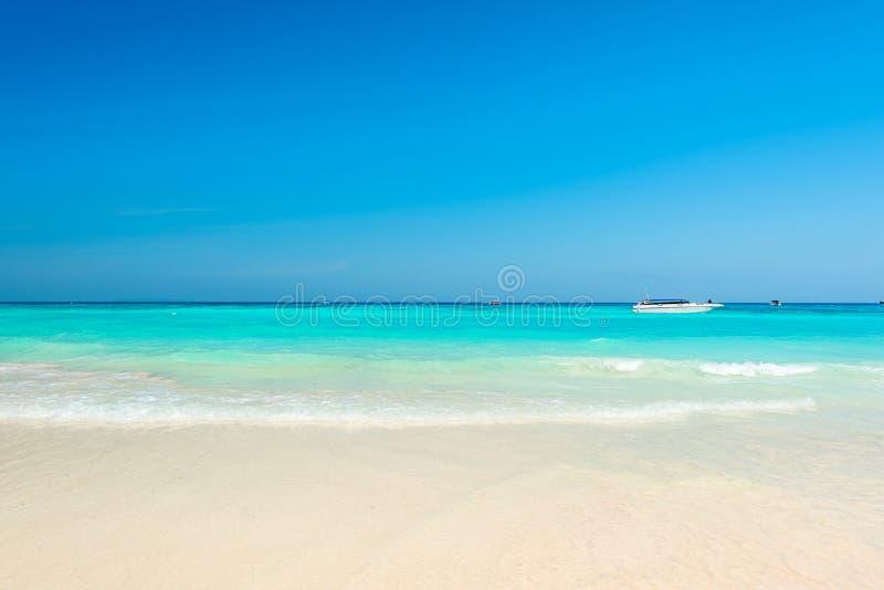 惊人的绿松石海,与柔和的波浪的异乎寻常的海滩 免版税库存图片