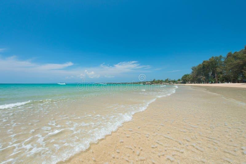 惊人的绿松石海,与柔和的波浪的异乎寻常的海滩 免版税图库摄影