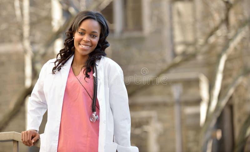 惊人的年轻非裔美国人的女性医疗保健工作者 库存照片