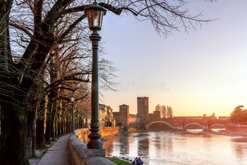 惊人维罗纳的老王宫Castelvecchio和桥梁蓬特在阿迪杰河的di Castelvecchio日落视图  维罗纳 库存图片