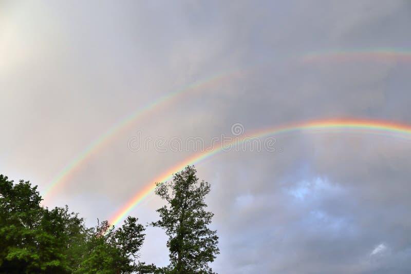 惊人自然双重彩虹加上超编人员的弓看在一个湖在北德国 库存照片
