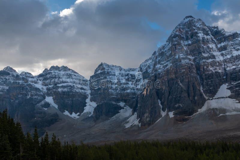 惊人Wenkchemma范围的清早视图在十个峰顶谷的在湖冰碛,班夫,加拿大的 免版税库存照片