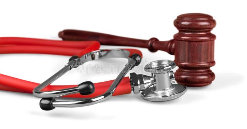 惊堂木和听诊器在背景,标志照片 免版税图库摄影
